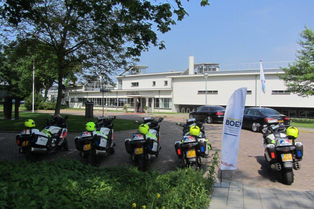 Escorte motoren politie gestald voor Stationsgebouw