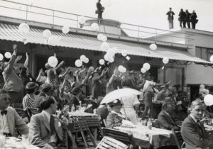 opening-vliegveld-1936_oplaten-ballon-terras_bron_hga